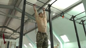 Ο ισχυρός νεαρός άνδρας προσκολλάται στο φραγμό απόθεμα βίντεο