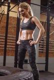 Ο ισχυρός όμορφος αθλητής στηρίζεται μετά από ένα σκληρό workout στοκ εικόνες με δικαίωμα ελεύθερης χρήσης