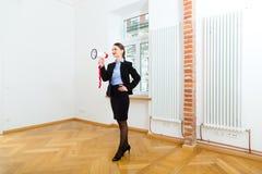 Ο ιδιοκτήτης κάνει τη διαφήμιση για το διαμέρισμα στοκ εικόνες