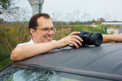 Ο ιδιωτικός αστυνομικός παίρνει τις εικόνες χρησιμοποιώντας το αυτοκίνητο Στοκ εικόνα με δικαίωμα ελεύθερης χρήσης