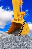Ο κάδος εκσκάπτει το αμμοχάλικο στην κατασκευή στοκ φωτογραφία με δικαίωμα ελεύθερης χρήσης