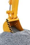 Ο κάδος εκσκάπτει το αμμοχάλικο στο εργοτάξιο οικοδομής στοκ εικόνες
