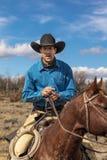 Ο κάουμποϋ στο Drive βοοειδών συλλέγει τις διαγώνιες αγελάδες του Angus/Hereford και calv Στοκ φωτογραφία με δικαίωμα ελεύθερης χρήσης