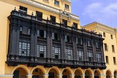 Ο κάτοικος αποικίας χάρασε το ξύλινο μπαλκόνι plaza de armas Λίμα, Περού Στοκ εικόνα με δικαίωμα ελεύθερης χρήσης