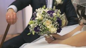 Ο κάλαμος εκμετάλλευσης νεόνυμφων κάθεται δίπλα στη νύφη Κινηματογράφηση σε πρώτο πλάνο απόθεμα βίντεο