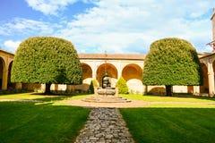 Ο κήπος εισόδων με έναν παλαιό καλά Στοκ εικόνα με δικαίωμα ελεύθερης χρήσης