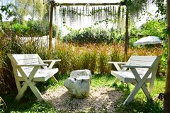 Ο κήπος και οι άσπρες έδρες στοκ φωτογραφίες με δικαίωμα ελεύθερης χρήσης