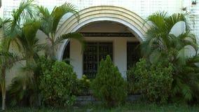 Ο κήπος και το πέρασμα μιας χριστιανικής εκκλησίας απόθεμα βίντεο