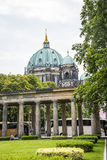 ο κήπος στο Alte το παλαιό μουσείο του National Gallery στο νησί μουσείων στο Βερολίνο Γερμανία Στοκ Φωτογραφίες