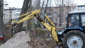 Ο κίτρινος εκσκαφέας αρπάζει το έδαφος, απόθεμα βίντεο