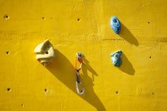 Ο κίτρινος τεχνητός τοίχος αναρρίχησης με κρατά Στοκ εικόνες με δικαίωμα ελεύθερης χρήσης