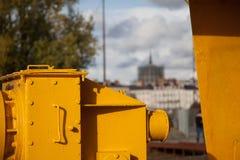 Ο κίτρινος τιτάνας γερανών τουριστικό αξιοθέατο Πράσινων Γραμμών της Νάντης, Γαλλία σε έναν ηλιόλουστο ημέρας ουρανό και τα σύννε στοκ φωτογραφίες με δικαίωμα ελεύθερης χρήσης