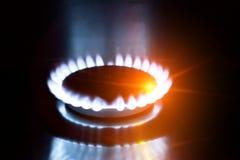 Ο καίγοντας φανός στη σόμπα αερίου στοκ εικόνες με δικαίωμα ελεύθερης χρήσης