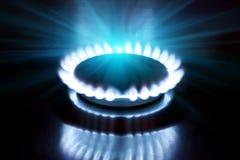 Ο καίγοντας φανός στη σόμπα αερίου στοκ φωτογραφία