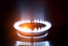 Ο καίγοντας φανός στη σόμπα αερίου στοκ φωτογραφία με δικαίωμα ελεύθερης χρήσης