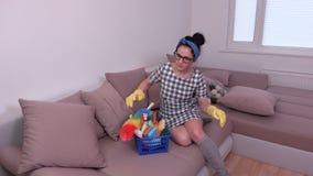 Ο καθαρίζοντας καναπές γυναικών και παίρνει το σπάσιμο απόθεμα βίντεο