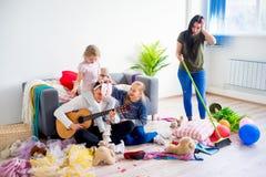 Ο καθαρισμός μητέρων βρωμίζει στο σπίτι Στοκ φωτογραφίες με δικαίωμα ελεύθερης χρήσης