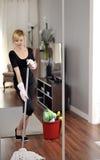 Ο καθαρισμός σπιτιών, γυναίκα το ξύλινο πάτωμα Στοκ φωτογραφία με δικαίωμα ελεύθερης χρήσης