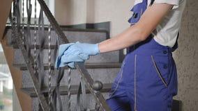 Ο καθαριστής καθαρίζει τα σκαλοπάτια φιλμ μικρού μήκους