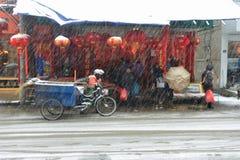 Ο καθαριστής στο χιόνι στοκ φωτογραφίες