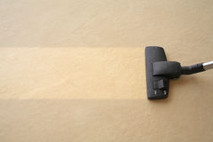 ο καθαριστής ταπήτων καθαρίζει το κενό στοκ φωτογραφία με δικαίωμα ελεύθερης χρήσης