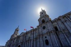 Ο καθεδρικός ναός βασιλικών Arequipa με τις σημαίες, Backlight, Περού Στοκ φωτογραφία με δικαίωμα ελεύθερης χρήσης