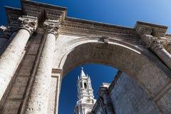 Ο καθεδρικός ναός βασιλικών Arequipa, πλαισιώνοντας αψίδα, Περού Στοκ εικόνα με δικαίωμα ελεύθερης χρήσης