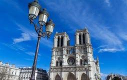Ο καθεδρικός ναός της Notre Dame στην ηλιόλουστη ημέρα, Παρίσι, Γαλλία Στοκ εικόνα με δικαίωμα ελεύθερης χρήσης