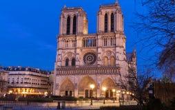 Ο καθεδρικός ναός της Notre Dame το βράδυ, Παρίσι, Γαλλία Στοκ φωτογραφία με δικαίωμα ελεύθερης χρήσης