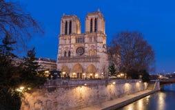 Ο καθεδρικός ναός της Notre Dame το βράδυ, Παρίσι, Γαλλία Στοκ εικόνες με δικαίωμα ελεύθερης χρήσης