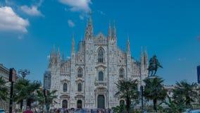 Ο καθεδρικός ναός Duomo timelapse με τους φοίνικες και το μνημείο Μπροστινή άποψη με τους ανθρώπους που περπατούν στο τετράγωνο φιλμ μικρού μήκους