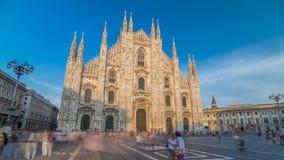Ο καθεδρικός ναός Duomo timelapse hyperlapse στο ηλιοβασίλεμα Μπροστινή άποψη με τους ανθρώπους που περπατούν στο τετράγωνο απόθεμα βίντεο
