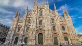Ο καθεδρικός ναός Duomo timelapse hyperlapse στο ηλιοβασίλεμα Μπροστινή άποψη με τους ανθρώπους που κάθονται στα σκαλοπάτια απόθεμα βίντεο