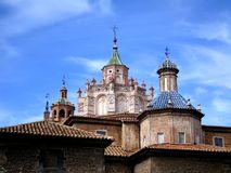 Ο καθεδρικός ναός Santa MarÃa de Mediavilla και κτήρια Surrrounding Στοκ εικόνα με δικαίωμα ελεύθερης χρήσης