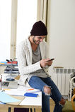 Ο καθιερώνων τη μόδα επιχειρηματίας hipster άτυπος φαίνεται χαμόγελο ευτυχές στο κινητό τηλέφωνο Στοκ Εικόνες