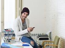 Ο καθιερώνων τη μόδα επιχειρηματίας hipster άτυπος φαίνεται χαμόγελο ευτυχές στο κινητό τηλέφωνο Στοκ Φωτογραφίες