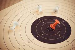 Ο καθορισμένος στόχος και κερδίζει με την κόκκινη καρφίτσα, επιχειρησιακή έννοια Στοκ εικόνα με δικαίωμα ελεύθερης χρήσης