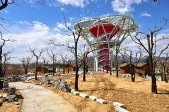 Ο καθρέφτης-λουλούδι-πεζούλι-συνοπτικός πύργος εξέτασης γυαλιού στις φτωχές ορεινές περιοχές της βόρειας Κίνας στοκ εικόνα με δικαίωμα ελεύθερης χρήσης