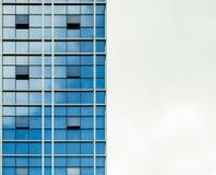 Ο καθρέφτης δομών κτηρίου απεικονίζει μπλε σύγχρονο στο κεφάλαιο Στοκ εικόνα με δικαίωμα ελεύθερης χρήσης