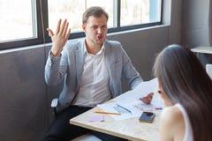 Ο κακός αρσενικός προϊστάμενος, φωνάζει επιθετικά στο κατώτερο κορίτσι του Στο εσωτερικό στο γραφείο Στοκ Εικόνα