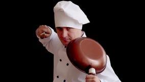 Ο κακός αρχιμάγειρας κρατά το σκεύος για την κουζίνα ως όπλο ιδέα έννοιας για μια αστεία παρουσίαση φιλμ μικρού μήκους