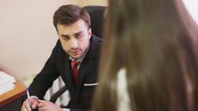 Ο κακός προϊστάμενος εκφράζει μια καταγγελία στο γραμματέα φιλμ μικρού μήκους