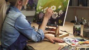 Ο καλλιεργημένος πυροβολισμός ενός σχεδίου καλλιτεχνών χαμόγελου θηλυκού ανθίζει στο στούντιο τέχνης της απεικόνιση αποθεμάτων