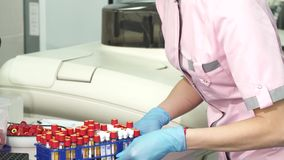 Ο καλλιεργημένος πυροβολισμός μιας λήψης επιστημόνων σημειώνει λειτουργώντας με τα δείγματα αίματος απόθεμα βίντεο