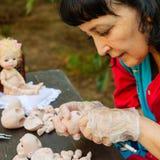 Ο καλλιτέχνης γυναικών κάνει τις κούκλες BJD ή αναγεννημένος στον εργασιακό χώρο proce στοκ εικόνες