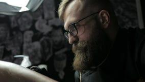 Ο καλλιτέχνης δερματοστιξιών κάνει μια δερματοστιξία σε ετοιμότητα ανθρώπινο απόθεμα βίντεο