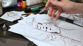 Ο καλλιτέχνης δερματοστιξιών κοριτσιών σύρει ένα σκίτσο στενά χέρια επάνω φιλμ μικρού μήκους
