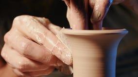 Ο καλλιτέχνης ενεργοποιεί τα χέρια, τα οποία δημιουργώντας ήπια σωστά διαμορφωμένο χειροποίητο από τον άργιλο Παραδοσιακή αγγειοπ φιλμ μικρού μήκους