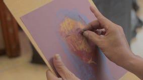 Ο καλλιτέχνης κάνει μια ζωγραφική του θηλυκού πρότυπου προσώπου απόθεμα βίντεο