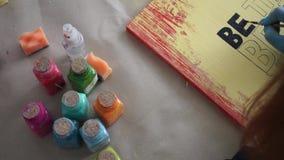 Ο καλλιτέχνης κοριτσιών επισύρει την προσοχή τις επιστολές στον πίνακα χρώματος Φορημένα γάντια χέρια Τέχνη απόθεμα βίντεο